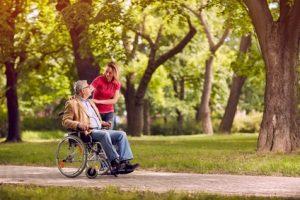 oudere man in rolstoel
