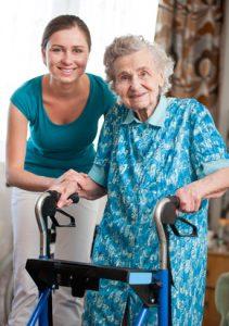 oudere dame met verzorger